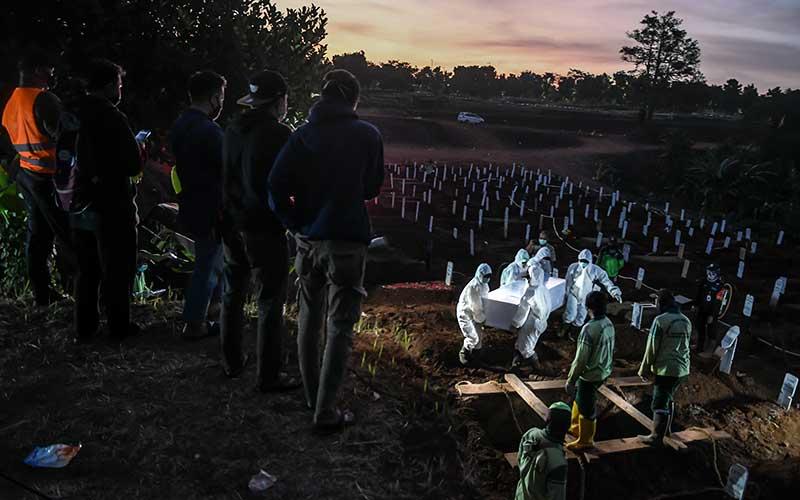 Ilustrasi-Petugas memakamkan jenazah Covid-19 di TPU Pondok Ranggon, Jakarta, Selasa (8/9/2020). - Antara/Muhammad Adimaja