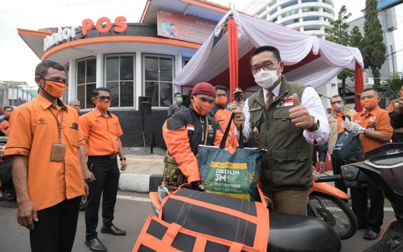Gubernur Jawa Barat Ridwan Kamil beserta pimpinan lain memantau langsung hari pertama penyaluran bansos tahap tiga