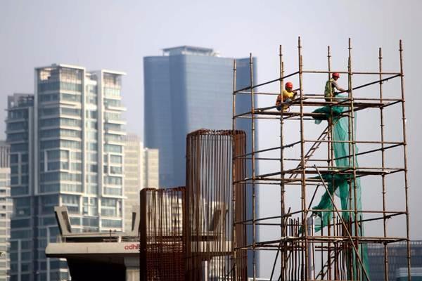 Pekerja beraktivitas di proyek pembangunan kereta ringan atau Light Rail Transit (LRT) Jabodebek rute Cawang-Dukuh Atas di kawasan Kuningan, Jakarta, Rabu (3/10/2018). - JIBI/Nurul Hidayat