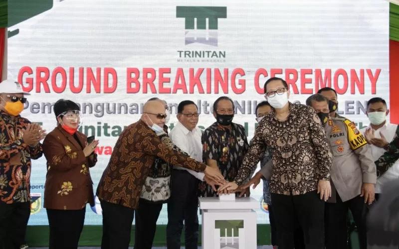Direktur PT Trinitan Metals and Minerals Tbk. Widodo Sucipto melakukan ground breaking pembangunan smelter nikel.  - TMM