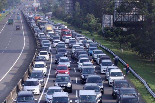 Antrean kendaraan memadati jalur puncak Simpang Gadog, Kabupaten Bogor, Jawa Barat, Jumat (14/4). - JIBI/Nurul Hidayat