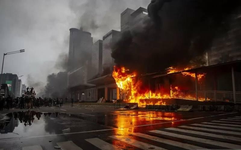 rnHalte Transjakarta Bundaran HI terbakar saat unjuk rasa menolak pengesahan Undang-Undang Cipta Kerja di kawasan Jalan M.H. Thamrin, Jakarta, Kamis (8/10/2020). - Antara\r\n