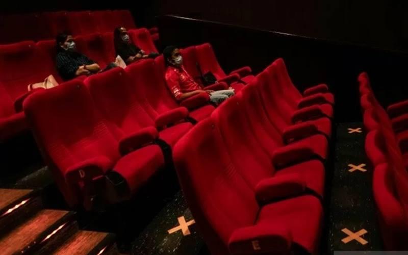 rnPengunjung menyaksikan film yang diputar di salah satu bioskop, di Kota Banjarmasin, Kalimantan Selatan, Senin (19/10/2020). - Antara\r\n