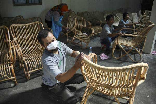 Perajin menyelesaikan pembuatan kursi berbahan rotan di sentra industri rotan Desa Trangsan, Sukoharjo, Jawa Tengah, Selasa (8/1/19). - ANTARA/Maulana Surya