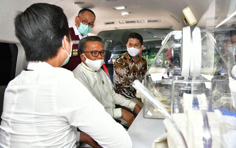 Gubernur Sulsel Nurdin Abdullah (duduk di tengah) dan Kepala Dinas Kesehatan Sulsel Ichsan Mustari berada di dalam mobil PCR Covid-19. Dua unit mobil PCR untuk Sulsel diresmikan pada Rabu 12 Agustus 2020. - Foto/Pemprov Sulsel