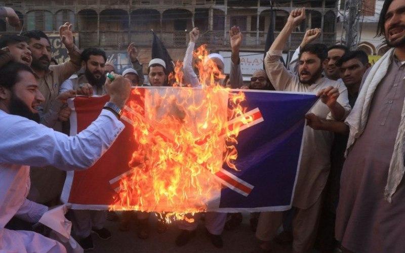 Ilustrasi - Warga menyerukan slogan saat menyalakan api membakar spandukdengan bendera Prancis yang dicoret dalam aksi protes mengecam penerbitan kartun Nabi Muhammad di Prancis dan komentar Presiden Emmanuel Macron, di Peshawar, Pakistan, Senin, 26 Oktober 2020/Antara Foro/Reuters/Fayaz Aziz/FOC - djo