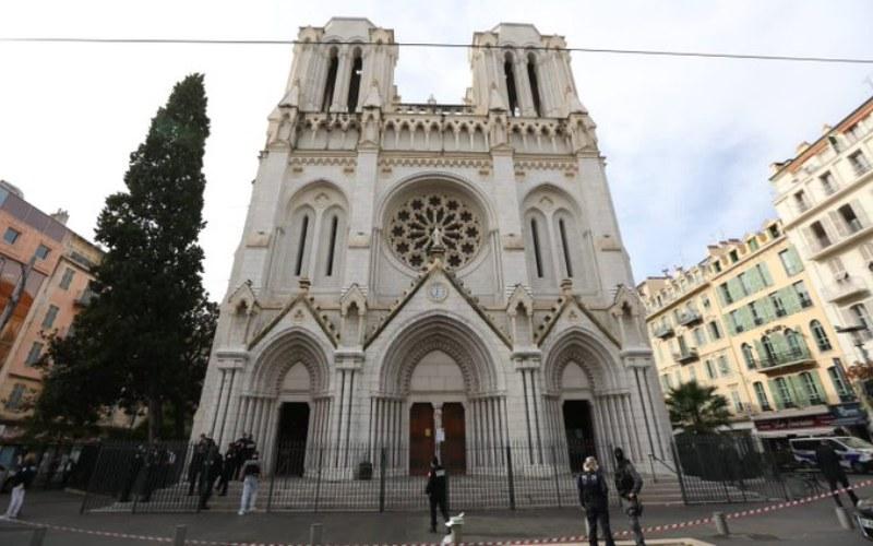 Lokasi penyerangan oknum pria berpisau, Basilika Notre Dame di Nice, Prancis, tampak ditutup dan diawasi kepolisian setempat - Twitter/@cestrosi