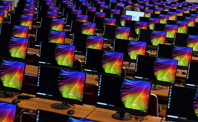 Petugas mempersiapkan komputer untuk penyelenggaraan Seleksi Kemampuan Dasar (SKD) melalui Computer Assisted Test (CAT) Calon Pegawai Negeri Sipil CPNS) 2020 di Auditorium Universitas Sebelas Maret, Solo, Jawa Tengah, Rabu (29/1/2020). ANTARA FOTO/Maulana Surya - foc.