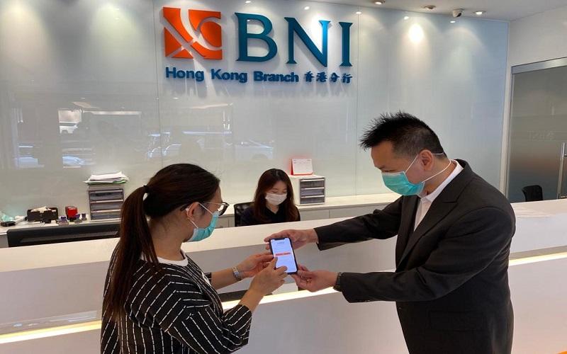 Pegawai BNI sedang menjelaskan fitur International Remittance di Kantor Cabang BNI Hong Kong - Istimewa