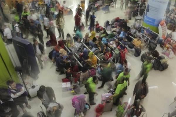 Pemudik menunggu keberangkatan kereta api tujuan berbagai kota di Pulau Jawa, di Stasiun Gambir, Jakarta, Kamis (22/6/2017). - Antara/Muhammad Adimaja