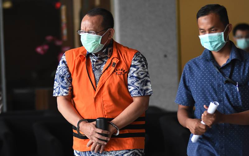 Tersangka mantan Sekretaris Mahkamah Agung (MA) Nurhadi (kiri) meninggalkan gedung KPK usai menjalani pemeriksaan terkait kasus suap dan gratifikasi perkara di Mahkamah Agung tahun 2011-2016 di Jakarta, Selasa (29/9/2020). - Antara/Indrianto Eko Suwarso