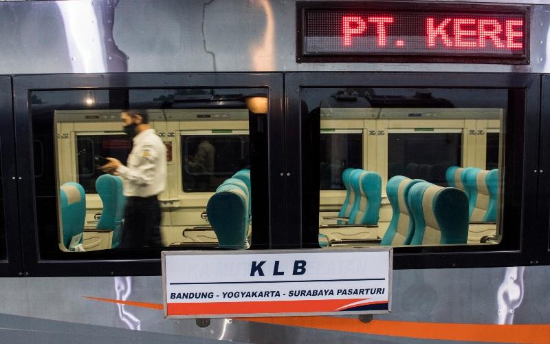 Penumpang melintas di dalam gerbong Kereta Api Luar Biasa (KLB) jurusan Bandung - Surabaya Pasar Turi di Stasiun Bandung, Jawa Barat, Selasa (12/5/2020). PT Kereta Api Indonesia (Persero) mengoperasikan enam perjalanan KLB pada 12-31 Mei 2020 dan masyarakat yang diperbolehkan menggunakan KLB hanya yang memenuhi syarat. - ANTARA FOTO/M Agung Rajasa