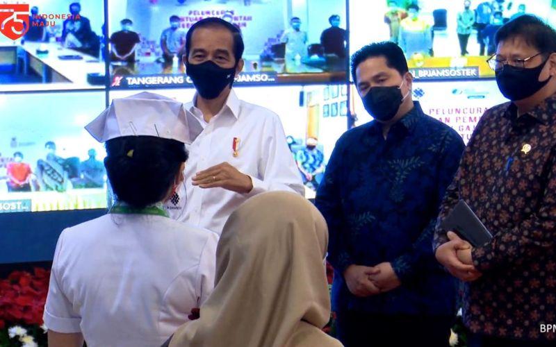 Presiden Joko Widodo didampingi Menteri BUMN Erick Thohir dan Menteri Koordinator Bidang Perekonomian Airlangga Hartarto menemui pekerja penerima subsidi gaji di Istana Merdeka, Jakarta (27/8 - 2020) / Youtube Sekretariat Presiden.
