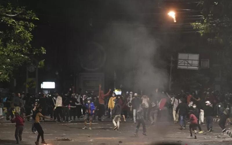 Ilustrasi-Suasa ricuh saat massa penolak UU Cipta Kerja melempar molotov ke arah polisi di kawasan Tugu Tani, Jakarta, Selasa (13/10/2020). - Antara