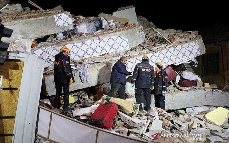 Sejumlah pekerja penyelamat berkumpul di sebuah bangunan yang ambruk untuk mencari korban akibat gempa bumi bermagnitudo 6,8 di Elazig, Turki, (24/1/2020). ANTARA/REUTERS/Sertac Kayar - aa.