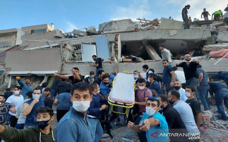 Petugas dan warga mencari korban yang tertimbun bangunan runtuh akibat gempa yang berpusat Laut Aegea di provinsi pesisir Izmir, Turki, Jumat (30/10/2020). Enam orang tewas dan 202 orang terluka akibat gempa berkekuatan magnitudo 7.0 itu. ANTARA FOTO/REUTERS/Tuncay Dersinlioglu - pras.