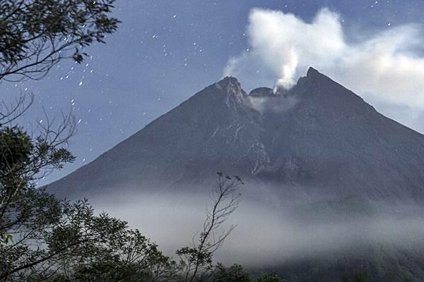 Asap solfatara keluar dari kubah lava Gunung Merapi terlihat dari Balerante, Klaten, Jawa Tengah, Kamis (29/11/2018). - ANTARA/Hendra Nurdiyansyah