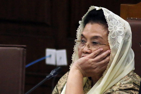 Terdakwa kasus dugaan korupsi pengadaan alat kesehatan (alkes) tahun 2005 Siti Fadilah Supari mendengarkan keterangan saksi saat menjalani sidang lanjutan di Pengadilan Tipikor, Jakarta, Rabu (22/3). - Antara/Rivan Awal Lingga