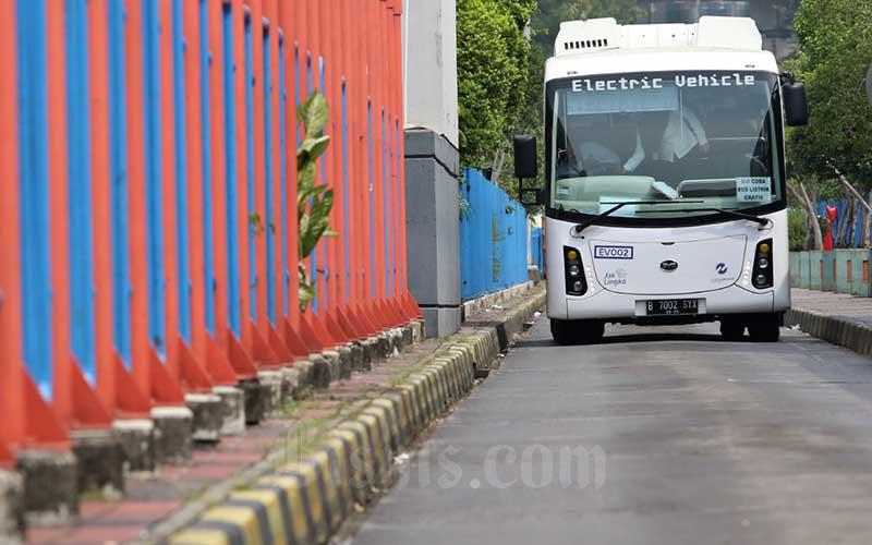 Bus listrik Transjakarta melintas di Terminal Blok M, Jakarta, Senin (13/7/2020). Bisnis - Eusebio Chrysnamurti