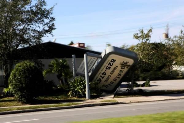 Ilustrasi - Bangunan rusak akibat  Topan Matthew. - REUTERS