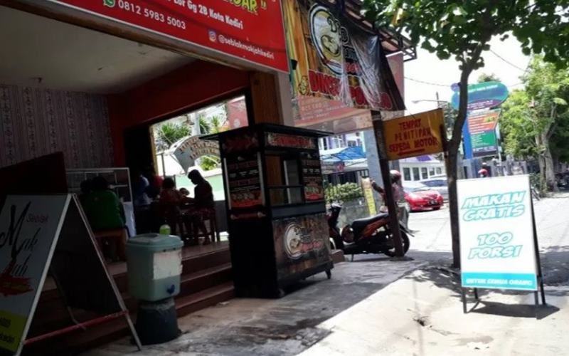 Warga antre makan gratis di warung di Kelurahan Bandar Lor, Kecamatan Mojoroto, Kota Kediri, Jawa Timur. - Antara