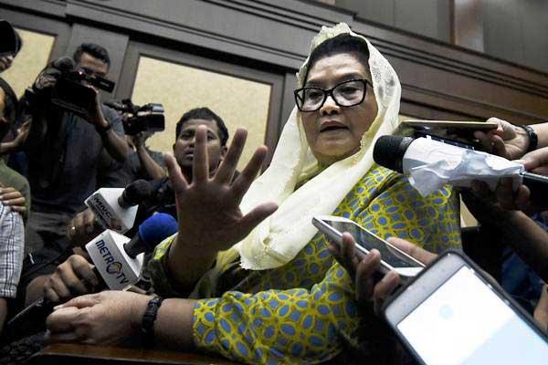 Siti Fadilah Supari (tengah), semasa menjalani persidangan terkait kasus korupsi alat kesehatan, menjawab pertanyaan wartawan sebelum menjalani sidang dengan agenda pembacaan putusan di Pengadilan Tipikor Jakarta, Jumat (16/6/2017). - Antara/Hafidz Mubarak A