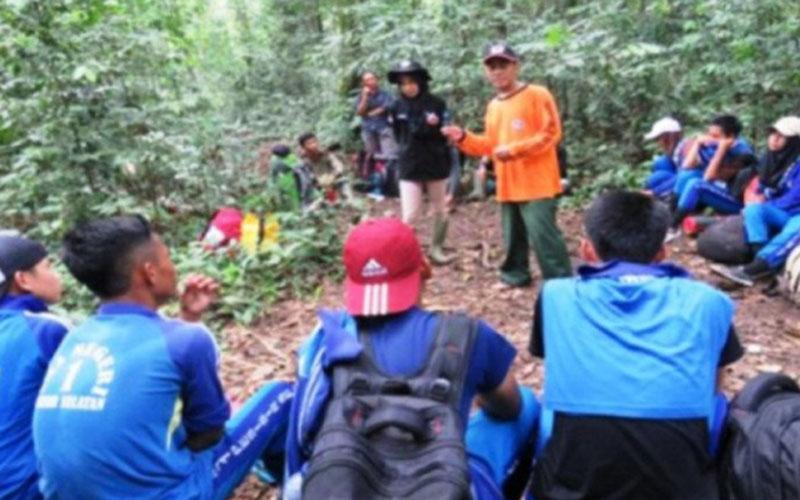 Ilustrasi: Anggota Pramuka Saka Wanabakti mengikuti penyuluhan konservasi dari Balai Besar Taman Nasional Bukit Barisan Selatan, di Stasiun Way Canguk, Pesisir Barat, Provinsi Lampung, pada Sabtu (31/10/2020). - Antara