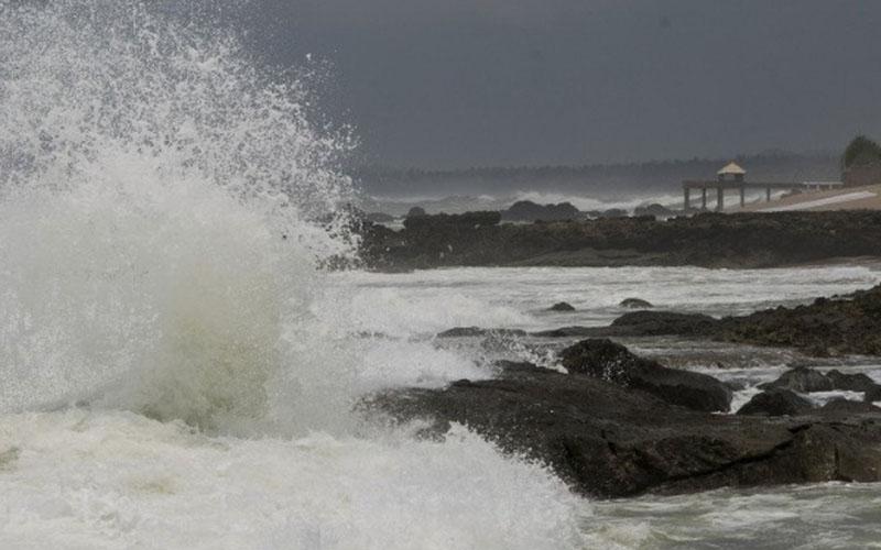 Ombak menerjang Pantai Cihara di Lebak, Banten. - Antara