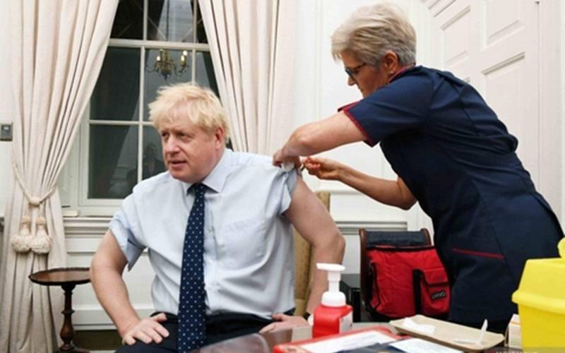 Arsip Foto-Perdana Menteri Inggris Boris Johnson (kiri) saat mendapat suntikan anti flu di kantornya di Downing Street, London, Inggris, Senin (14/10/2019)./Antara//Pool via Reuters - Jeremy Selwyn