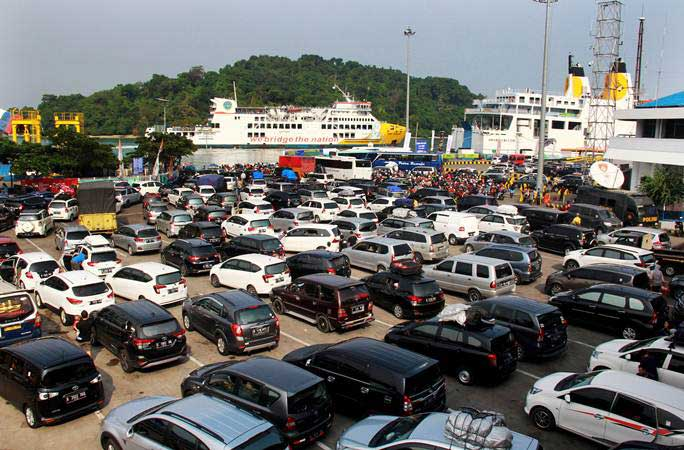 Sejumlah kendaraan pemudik antre masuk kapal roro untuk menyeberang ke Pulau Sumatra di Pelabuhan Merak, Banten, Minggu (2/6/2019). - ANTARA/Dziki Oktomauliyadi