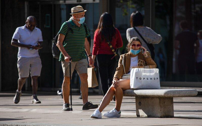 Pejalan kaki di trotoar Oxford Street, pusat kota London -  Bloomberg / Simon Dawson