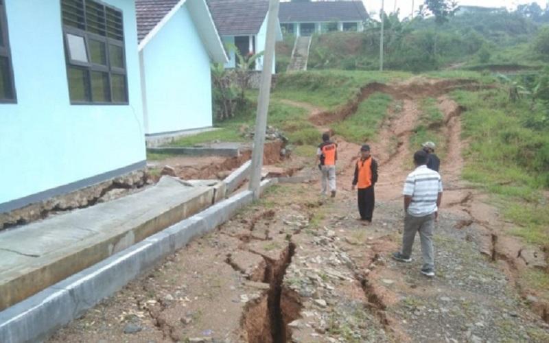 Petugas BPBD Lebak meninjau gedung SMA Negeri 3 Cibeber di Kabupaten Lebak - Antara
