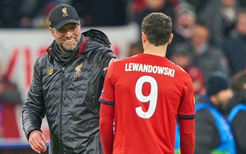 Pelatih Liverpool Jurgen Klopp (kiri) dan striker Bayern Munchen Robert Lewandowski ketika kedua tim bertemu di babak 16 besar Liga Champions Eropa musim 2018-2019. - Bundesliga.com