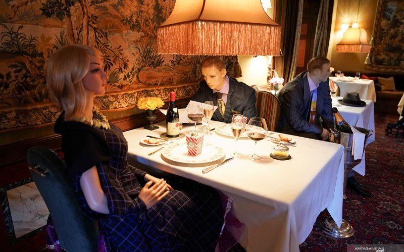 Ilustrasi-Restoran menggunakan manekin yang diletakkan di kursi untuk menciptakan jaga jarak saat makan - Antara