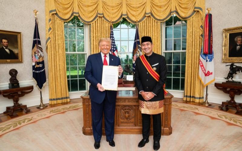 Presiden Amerika Serikat Donald Trump befoto dengan Duta Besar RI untuk AS Muhammad Lutfi dalam kunjungannya ke Gedung Putih. - Official White House Photo/Joyce N. Boghosian