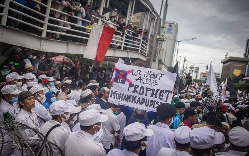 Massa dari berbagai ormas berunjuk rasa menentang sikap Presiden Prancis Emmanuel Macron terkait gambar Nabi Muhammad SAW di kawasan Kedubes Prancis, Jakarta, Senin (2/11/2020. ANTARA FOTO - Aprillio Akbar