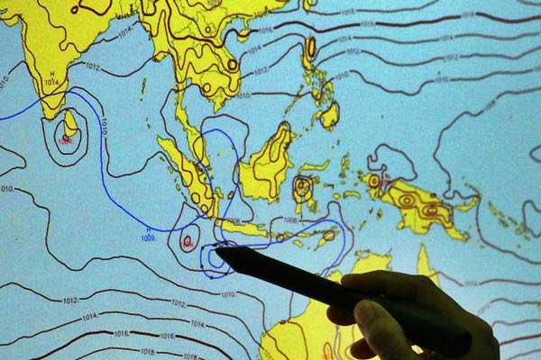 Petugas BMKG menunjukkan area pergerakan badai Siklon Tropis Cempaka di Laboratorium BMKG Kemayoran, Jakarta, Rabu (29/11). - ANTARA/Rivan Awal Lingga