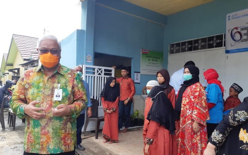 Direktur Utama Bank Sumsel Babel Achmad Syamsudin (kiri) memberikan keterangan kepada wartawan usai penyerahan bantuan kepada panti asuhan dalam rangka HUT Bank Sumsel Babel ke-63. Bisnis - Dinda Wulandari