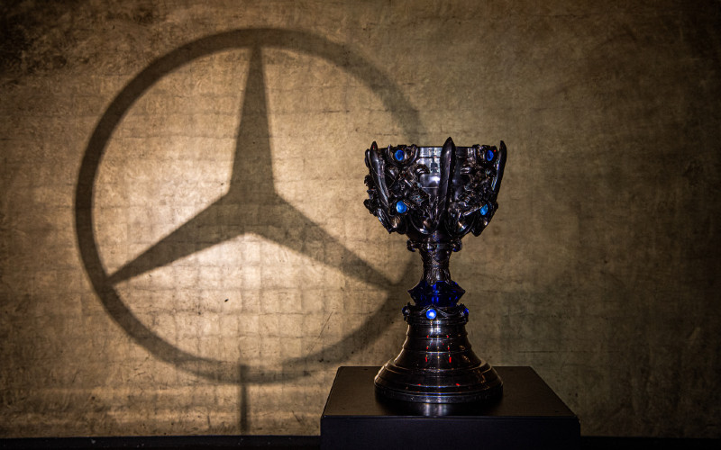 LoL esports melibatkan lebih dari 800 pemain profesional di lebih dari 100 tim esports League of Legends profesional yang bersaing di berbagai liga regional.  - Mercedes Benz