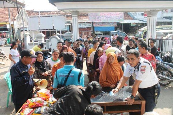 Masyarakat antusias membeli gula murah pada OP gula murah oleh PT RNI di salah satu pasar di Jawa Barat, Jumat (3/6/2016). - Bisnis/Istimewa