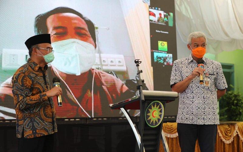 Gubernur Jateng Ganjar Pranowo mendampingi Menko PMK, Muhadjir Effendy saat meresmikan gedung isolasi covid di Kebumen. - Ist