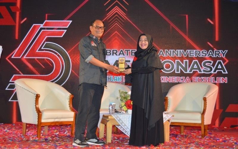 Direktur Utama PT. Semen Tonasa H. Subhan menyerahkan kenang-kenangan kepada Fauziah Zulfitri yang merupakan Leadership dan Executive Coach, pada kegiatan seminar kepemimpinan, Senin (2/11/2020) - Istimewa