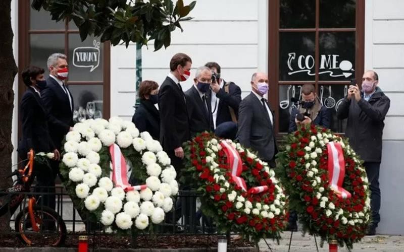 rnKanselor Austria Sebastian Kurz, Presiden Alexander van der Bellen dan Presiden Parlemen Werner Sobotka menghadiri upacara peletakan karangan bunga setelah insiden serangan senjata di Wina Austria, Selasa (3/11/2020). - Antara/Reuters\r\n\r\n\r\n