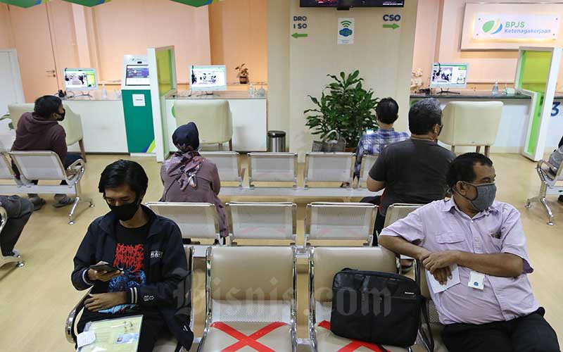 Peserta BP Jamsostek berada di ruang tunggu untuk mengurus klaim di Kantor Cabang BP Jamsostek di Menara Jamsostek, Jakarta, Jumat (10/7/2020). Bisnis - Eusebio Chrysnamurti