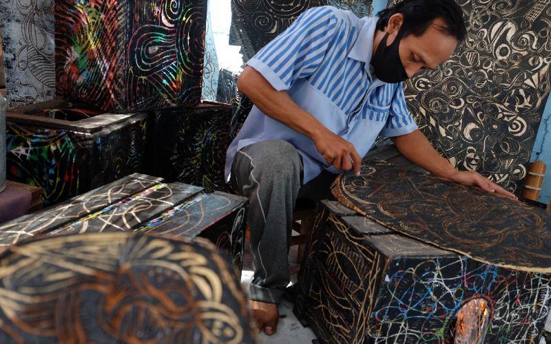 Seniman Makmoer Art Project membuat kerajinan ukir kayu di Mojolaban, Sukoharjo, Jawa Tengah, Selasa (6/10 - 2020). Kerajinan ukir kayu tersebut banyak diminati untuk hiasan interior ruangan dan dijual seharga Rp.150 ribu hingga Rp.5 juta tergantung bahan, ukuran, dan tingkat kerumitan. Foto ANTARA