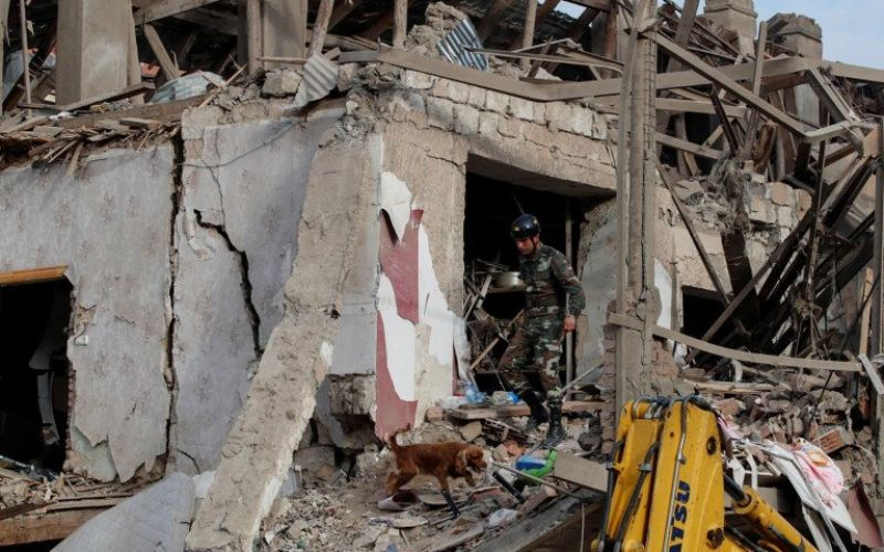 Anjing pelacak dan penyelamat mencari korban selamat di lokasi ledakan yang terkena serangan roket pada pertempuran akibat wilayah Nagorno-Karabakh memisahkan diri, di kota Ganja, Azerbaijan, Minggu (11/10/2020)/Antara Foto/Reuters/Umit Bektas/AWW - djo