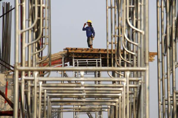 Ilustasi kegiatan konstruksi di Jakarta Timur - Reuters/Garry Lotulung