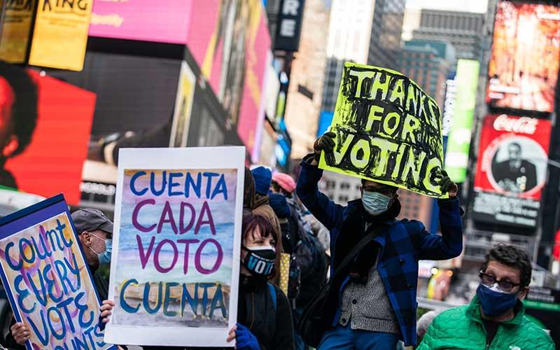Warga menggelar unjuk rasa selama pemilihan Presiden 2020 di New York, AS,  Selasa (3/11/2020).  Bloomberg -  Jeenah Moon