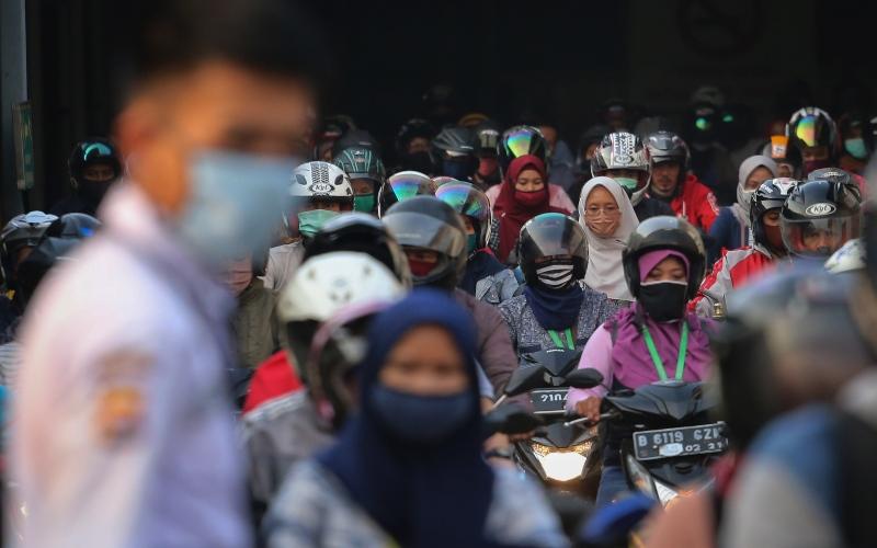 Sejumlah buruh pabrik pulang kerja di kawasan Cikupa, Kabupaten Tangerang, Banten, Jumat (17/4/2020). - ANTARA FOTO/Fauzan