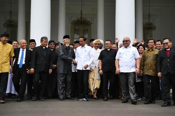 Ilustrasi - Presiden Joko Widodo (tengah) berbincang dengan perwakilan Forum Kerukunan Umat Beragama (FKUB) di halaman Istana Bogor, Jawa Barat, Senin (18/3/2019). - ANTARA/Wahyu Putro A